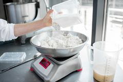 Весить ингридиенты для печь Стоковые Изображения