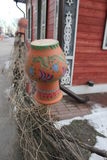 Весить кувшин на плетеной загородке стоковые изображения