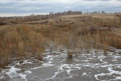 Весна   Ñ Ñ€ÑƒÑ  Ñ плавит воду затопила поток ландшафта холмов луга естественный стоковое изображение