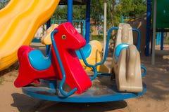 Весна видит увидела в лошади парка тряся Стоковые Изображения RF