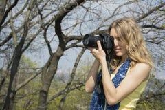 Весна в фотографе девушки парка Стоковое Изображение RF