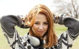 весна наушников девушки напольная Стоковая Фотография