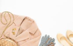 Весна, обмундирование женщины осени Комплект одежд, ботинок и аксессуаров на белой предпосылке Ботинки пальто и сливк верблюда Стоковая Фотография RF