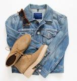 Весна, обмундирование женщины осени Комплект одежд, ботинок и аксессуаров на белой предпосылке Голубые ботинки куртки и верблюда  Стоковое фото RF