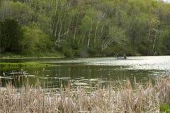 весна озера рыболовства пар мирная стоковая фотография rf