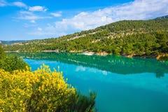 Весна Провансаль Лазурная вода отражает облака стоковая фотография
