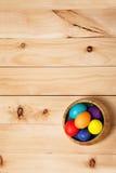 Весна цветет пук и пасхальные яйца на деревянной текстуре пола щеголя Стоковое фото RF