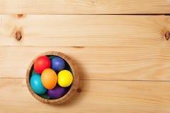 Весна цветет пук и пасхальные яйца на деревянной текстуре пола щеголя Стоковые Фотографии RF