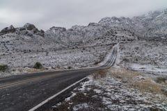 Весна Canyon Road в зиме в Неш-Мексико стоковые фотографии rf