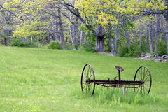 весна hayrake 2 полей старая заржаветая Стоковая Фотография