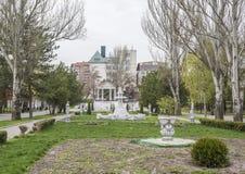 Весной граждане парка Gorky идут и отдыхают на стендах Стоковые Изображения RF