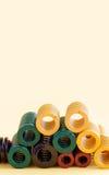 Весны металла с различными размерами гибкости твердости Красочные стальные спирали свертывают спиралью провода на желтой предпосы стоковая фотография rf