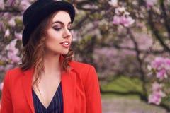 Весны моды девушки портрет outdoors в зацветая деревьях Женщина красоты романтичная в цветках Чувственная дама наслаждаясь природ Стоковое Изображение RF