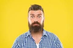 весточка удивительно Конец предпосылки стороны бородатого хипстера человека интересуя желтый вверх Гай удивил выражение стороны Б стоковые изображения