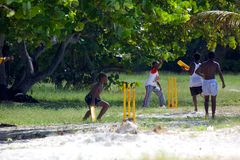 Вест-Индии, Вест-Инди, Антигуа, St Mary, пляж Ffryes, малолетки играя сверчка на пляже Стоковая Фотография RF