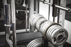 Весы в спортзале на шкафе стоковая фотография