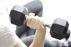 Весы гантели молодой женщины поднимаясь Стоковое Изображение RF