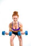 Весы гантели мышечной женщины завивая Стоковая Фотография RF