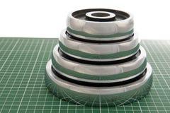 Весы гантели на зеленом поле Стоковое Изображение RF