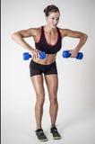 Весы гантели сильной красивой женщины фитнеса поднимаясь Стоковое Изображение RF