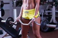 Весы девушки поднимаясь Стоковое Изображение