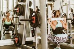 Весы женщины поднимаясь за головой стоковое фото rf