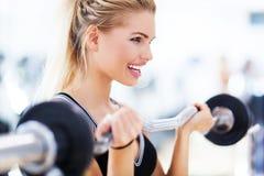 Весы женщины поднимаясь Стоковые Фотографии RF
