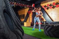 Весы женщины работая в спортзале стоковые фотографии rf
