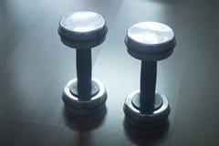 Весы металла спортзала гантели в оздоровительном клубе спортзала Стоковая Фотография RF