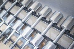 Весы металла спортзала гантели в оздоровительном клубе спортзала Стоковые Фотографии RF