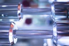 Весы металла спортзала гантели в оздоровительном клубе спортзала Стоковое фото RF