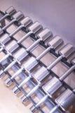 Весы металла спортзала гантели в оздоровительном клубе спортзала Стоковое Фото