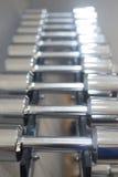Весы металла спортзала гантели в оздоровительном клубе спортзала Стоковые Изображения