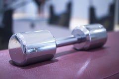 Весы металла спортзала гантели в оздоровительном клубе спортзала Стоковое Изображение