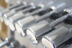 Весы металла спортзала гантели в оздоровительном клубе спортзала Стоковые Изображения RF