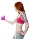 Весы молодой женщины фитнеса поднимаясь Стоковое фото RF