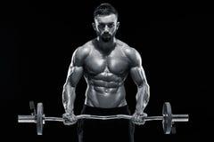 Весы мышечного человека поднимаясь над темной предпосылкой стоковое изображение rf
