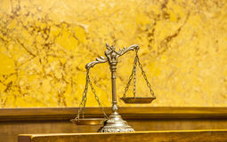 Весы правосудия в зале судебных заседаний стоковые фотографии rf