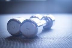 Весы спортзала гантели в оздоровительном клубе спорт Стоковые Фотографии RF