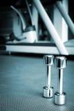 Весы спортзала гантели в оздоровительном клубе спорт Стоковое Изображение RF