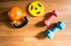 Весы тренировки - гантель с дополнительными плитами на деревенской деревянной палубе Стоковые Фотографии RF