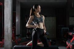 Весы тренировки прочности женщины спортзала фитнеса поднимаясь Стоковые Изображения