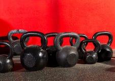 Весы Kettlebells в спортзале разминки Стоковые Изображения