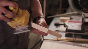 Весьма близкая стрельба ручного меля процесса в руке плотника сток-видео