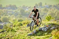 Весьма велосипед катания велосипедиста горы на скалистом следе в сельской местности Стоковые Фотографии RF