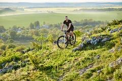 Весьма велосипед катания велосипедиста горы на скалистом следе в сельской местности Стоковое Изображение