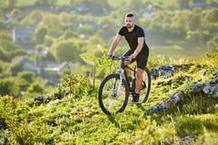 Весьма велосипед катания велосипедиста горы на скалистом следе в сельской местности Стоковое Фото