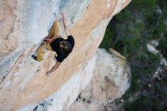 Весьма взбираться спорта Схватка альпиниста утеса для успеха переплюните Стоковая Фотография RF