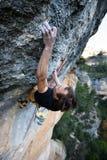 Весьма взбираться спорта Схватка альпиниста утеса для успеха Стоковые Изображения RF