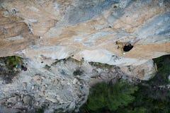 Весьма взбираться спорта Схватка альпиниста утеса для успеха Стоковое Изображение RF